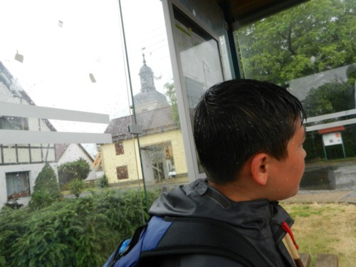 Eine Bushaltestelle in Gamstädt bietet Schutz