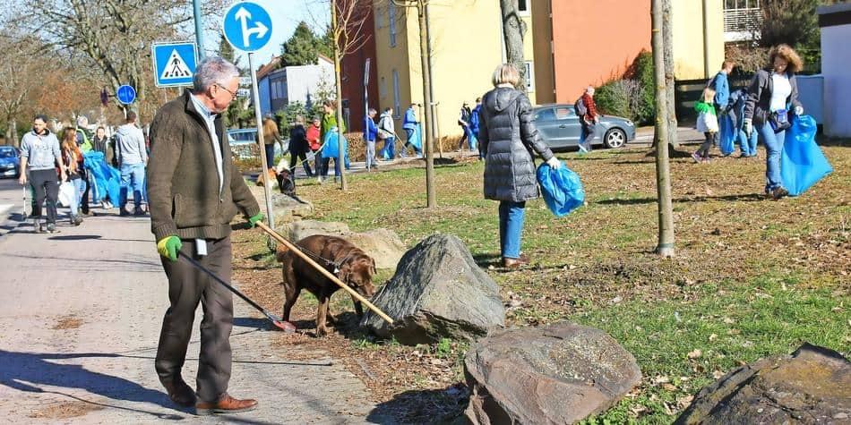 Manche schlugen bei der ersten Müllwanderung, wie hier auf einer Wiese in der Albert-Weisgerber-Allee in St. Ingbert, gleich zwei Fliegen mit einer Klappe – es wurde Müll gesammelt und Herrchen und Hund genossen die frische Luft. FOTO: Cornelia Jung